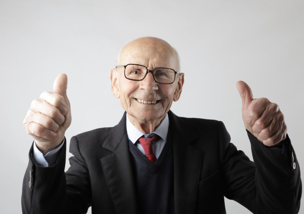 "<img src=""positive-senior-man-in-eyeglasses-showing-thumbs-up-and-3824771-scaled.jpg"" alt=""オススメ good"">"